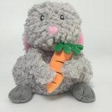 Assento cinzento do coelho macio com o brinquedo do luxuoso de Easter do coelho da cenoura