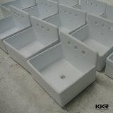 Каменная раковина ванной комнаты над встречным тазиком мытья