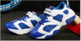 L'espadrille neuve de type chausse les chaussures de course de gosses pour l'enfant