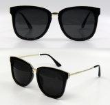 Gafas de sol plásticas de la manera del nuevo diseñador de la marca de fábrica para las mujeres con su insignia (DP1135YZ)