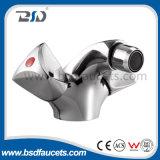 El doble tradicional de China maneja el mezclador montado cubierta del grifo del lavabo del cromo