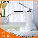 Faucet de água da bacia da alavanca da cor branca único