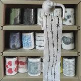 画像の洗面所はCamoによって印刷されるトイレットペーパーのおかしいトイレットペーパーを拭く