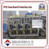 Ligne en plastique de production à la machine d'extrusion de panneau