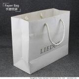 リサイクルされたペーパーが付いているカスタマイズされた買物をする紙袋