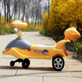 Baby-Schwingen-Auto, das Auto verdreht