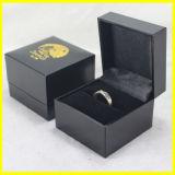 Caixa de jóia preta do papel quadrado para anéis