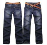 I jeans, pantaloni casuali mostrano sottilmente sottilmente il colore chiaro