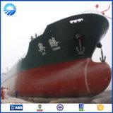 O barco marinho parte o pontão inflável das docas de flutuação