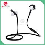 O estábulo desgastando ostenta o fone de ouvido de Earbuds Bluetooth para esportes
