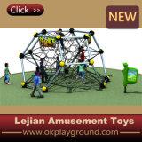 Enfants de sûreté et d'exercice montant le matériel pour le jardin d'enfants (P1201-8)