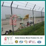 ダイヤモンドの網空港塀か電流を通された鉄空港チェーン・リンクの塀