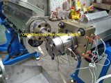 Scuderia che esegue la macchina di plastica dell'espulsione del tubo di doppio colore