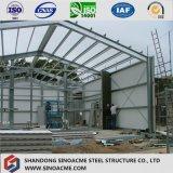 プレハブの長いスパンの鉄骨構造の建物か倉庫または構築