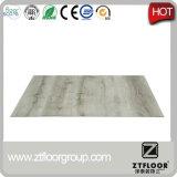 Puntos bajos de los azulejos de suelo del PVC que se enclavijan