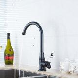 L'olio di Flg ha lucidato il rubinetto Bronze del bacino della cucina