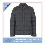 人の冬の革肩が付いているナイロンパッディングのジャケット