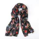 Rosa rossa sulla sciarpa nera del regalo di modo