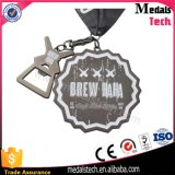 Medallas del níquel de la antigüedad del maratón del Brew con el abrelatas de botella
