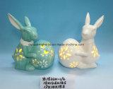 卵のTealightの蝋燭ホールダーが付いているイースターのウサギ