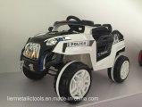 認可されたベンツは屋外のおもちゃの子供の電気自動車をからかう