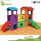 スライドが付いている卸し売り安い子供の屋外の運動場の木製のプレイハウス