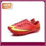 Salesportの熱いサッカーはフットボールの靴に蹄鉄を打つ