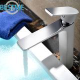 Singolo rubinetto del bacino della leva di colore bianco montato piattaforma