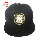 Acryric tampa o chapéu branco do logotipo