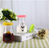 ステッカーが付いている乳白ガラスのびんジュースのびんの記憶の食糧瓶