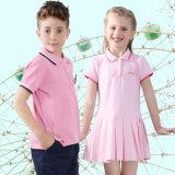 Camicia dei ragazzi e pantaloni di scarsità operati con il vestito da colore rosa delle ragazze