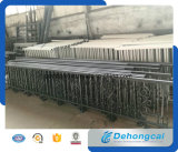 Reti fisse classiche del metallo dell'azienda agricola con il cancello