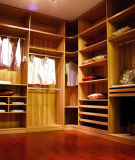 Прогулка в деревянной мебели шкафа
