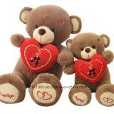 Orso della peluche del regalo del biglietto di S. Valentino con cuore rosso