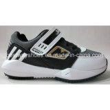 El muchacho calza los nuevos zapatos de los cabritos de los zapatos de los niños de los zapatos de la manera del diseño