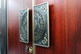 El nuevo estilo chino de la puerta de cobre con madera de estilo diferente de dentro y fuera