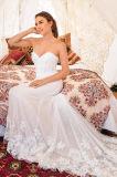 Esposto disossando il vestito da cerimonia nuziale del corsetto con il bordo accolto favorevolmente al merletto dolce