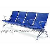 Cadeira de espera moderna do aeroporto com a espuma do plutônio que assenta a cor azul