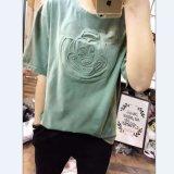 女性はくまのロゴによって洗浄された苦しめられた中間の袖のTシャツを浮彫りにした