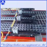 El LED pone letras a la punzonadora del orificio plateado de metal del orificio