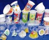 Relleno de la taza del agua mineral y máquina del lacre