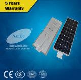 Todos en una luz al aire libre de la calle solar con energía de gran alcance