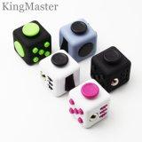 Jouets magiques en plastique de cube en divers de couleurs cube en personne remuante