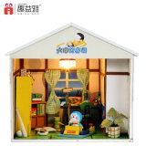 Niño hermoso Montaje de juguete de madera DIY casa de muñecas