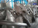 Автоматический напиток бутылки любимчика заполняя машину яблочного сока разливая по бутылкам