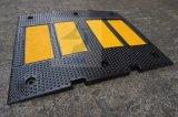 黄色い反射ガレージのゴム製速度のこぶ
