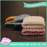 풍만한 젊은 여자 아이 외투가 겨울 옷에 의하여 뜨개질을 했다
