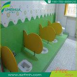 Je forme le compartiment imperméable à l'eau de toilette d'enfants avec des garnitures