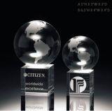 Globe en cristal sur les trophées faits sur commande bon marché de récompense en cristal de cube