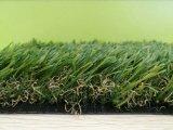 自然な一見の美化するか、または庭の人工的な草